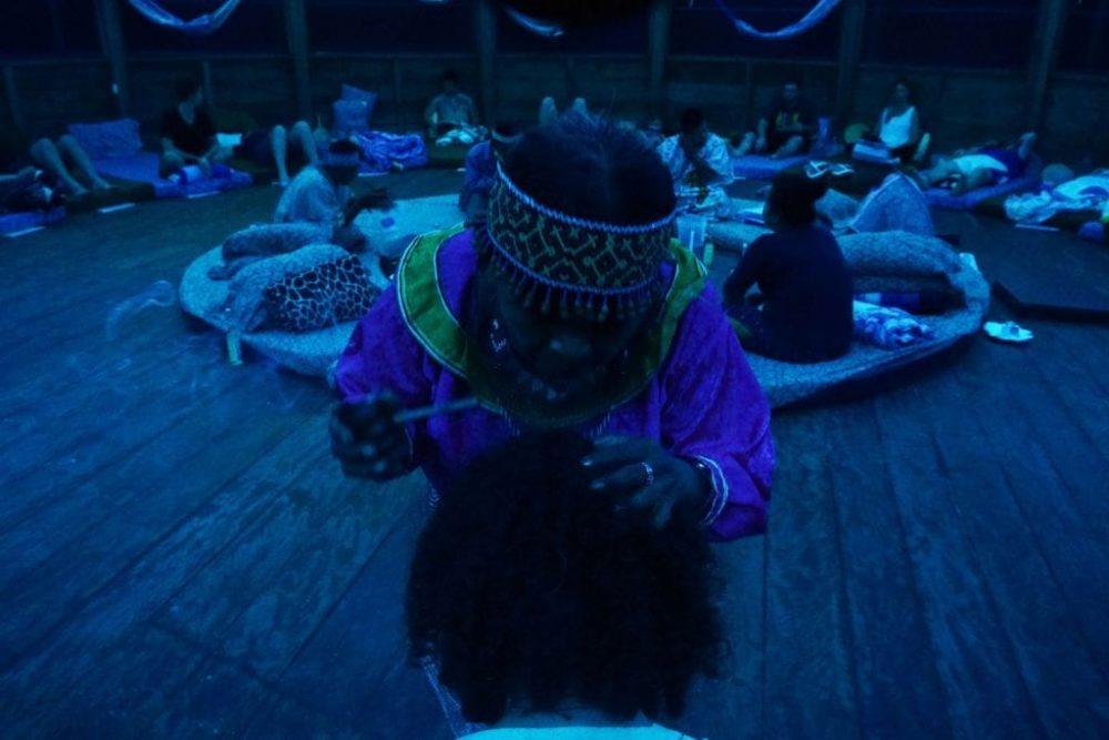 ceremonia de ayahuasca iowaska recolectando chamán retiro ICEERS